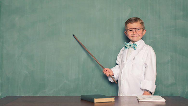 Ung pojke utklädd till forskare