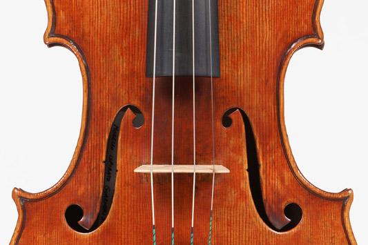 Welinstiftelsens nya viola (mitten framifrån)